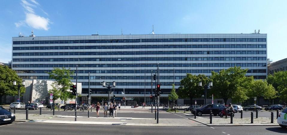 1280px-Berlin-Charlottenburg_Straße_des_17._Juni_TU-Hauptgebäude
