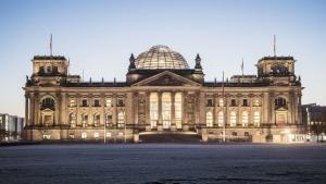 Hell erleuchtet ist am 14.11.2016 in Berlin am frühen Morgen der Reichstag, während die Sonne langsam den Tag erhellt. Foto: Paul Zinken/dpa +++(c) dpa - Bildfunk+++ | Verwendung weltweit